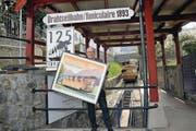 Jürg Balsiger, Direktor der Stanserhornbahn, mit der Sondermarke. (Bild: Matthias Piazza (Stans, 9. April 2018))