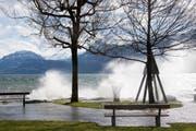 In Ennetbürgen NW wütete der Föhnsturm so stark, dass das Wasser über die Ufer trat. (Bild: Leserbild: Erika Reiser)