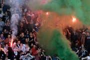 Ein Chaot zündet inmitten von Fans eine Pyrofackel. (Symbolbild). (Bild: Keystone)