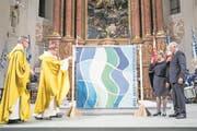 Bischof Felix Gmür (Zweiter von links) weiht in der Jesuitenkirche die Fahne des BTV Luzern. (Bild: Manuela Jans-Koch (Luzern, 16. November 2017))