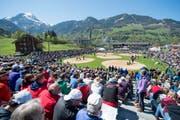 Ein Blick in die gut besetzten Zuschauerreihen des 112. Ob- und Nidwaldner Kantonal Schwingfests am 5. Mai in Lungern OW. (Bild: Keystone (Symbolbild))
