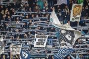 Zuverlässiger Rückhalt: FCL-Supporter treiben das Team gegen St. Gallen an. (Bild: Philipp Schmidli (Luzern, 5. November 2017))
