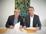 Beat Jörg und Erich Herger (links) bei der Unterzeichnung. (Bild: PD (Altdorf, 5. Oktober 2017))