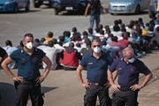 Italienische Grenzpolizisten im Hafen von Augusta in Sizilien. (Bild: Emilio Morenatti/AP (23. Juni 2017))
