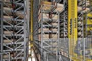 Das Hochregallager im neuen Logistikgebäude der Pilatus Flugzeugwerke AG ist 25 Meter hoch. (Bild Pius Amrein)