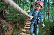 Beno Omlin testet den Kinder-Seilpark. (Bild: Corinne Glanzmann (Melchsee-Frutt, 11. Juli 2017))