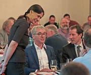 SVP-Präsidentin Monika Rüegger am Tisch der beiden Energiereform-Referenten: dem Obwaldner Ständerat Erich Ettlin (links) und dem Zuger Nationalrat Thomas Aeschi. (Bild: Roger Zbinden (Engelberg, 25. April 2017))