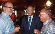 Sie diskutierten auch beim Apéro über die Altersrefom. Von links: FDP-Kantonalpräsident Hans-Melk Reinhard, Josef Dittli, Urner Ständerat, und Paul Federer, alt Regierungsrat. (Bild: Kurt Liembd (Alpnach, 31. August 2017))