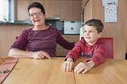 Marlis Albert (68) mit ihrem Enkel Remo (6) in Seedorf. (Bild: Boris Bürgisser (15. Dezember 2017))