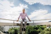 Ignazio Cassis posiert für den Fotografen auf dem Balkon des Presseclubs der Tamedia. Am Dienstag wurde er vom Kantonalvorstand der FDP Tessin als einziger Bundesratskandidat vorgestellt. Jetzt kommen immer mehr Zweifel auf, ob dies richtig war. (Bild: Thomas Egli/Lunax (7. Juli 2017))
