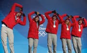 Team Switzerland, gold medalists in the alpine team event, pose during their medals ceremony at the 2018 Winter Olympics in Pyeongchang, South Korea, Saturday, Feb. 24, 2018. (AP Photo/Patrick Semansky) (Bild: PATRICK SEMANSKY (AP))