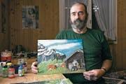 Der Unterschächner Bauernmaler Hans Müller präsentiert eines seiner Bilder. (Bild: Christof Hirtler (Unterschächen, Februar 2018))