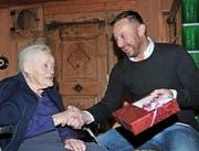 Der Wolfenschiesser Gemeindevizepräsident Thomas Vetterli gratuliert Agnes Zumbühl-Niederberger zu ihrem 105. Geburtstag. Bild: Matthias Piazza (Wolfenschiessen, 14. November 2016)