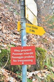 Der Weg ins Kleine Melchtal ist gesperrt. Ein eher unscheinbares Schild (links) weist Wanderer darauf hin. Der Sturm Burglind hat im Tal Zerstörung hinterlassen. (Bilder: Markus von Rotz (Sachseln, 26. Februar 2018))