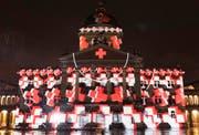 Das Lichtspektakel «Rendez-vous Bundesplatz» projizierte im Oktober und November 2016 Bilder an die Fassade des Bundeshauses in Bern. Die Lichtshow im letzten Jahr war dem 150. Geburtstag des Schweizerischen Roten Kreuzes (SRK) gewidmet. (Bild: Lukas Lehmann / Keystone (Bern, 13. Oktober 2016))