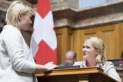 Kathrin Bertschy (GLP-BE), rechts, im Gespräch mit Natalie Rickli (SVP-ZH) am 18. September 2017 im Nationalrat in Bern. (Bild: KEYSTONE/Anthony Anex)