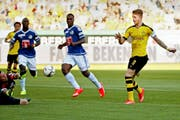 Lässt der FCL-Abwehr und Goali David Zibung keine Chance: Marco Reus (rechts) erzielt in der 10. Minute das 1:0. (Bild: Philipp Schmidli)