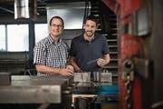 Bei OZ Metallbau AG kann man Grillspiesse herstellen. Im Bild Thomas Mathis, Präsident Gewerbeverein, und Fabian Zimmermann, Geschäftsführer OZ Metallbau (rechts). (Bild: Corinne Glanzmann (Buochs, 23. August 2017))