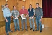 Die Viehzüchter Andreas Walser (v. l.), Marco Gabriel, Norbert Christen und Albert Gut sowie Viehzuchtverbands-Präsident Walter Durrer. (Bild: Paul Küchler (Dallenwil, 5. März 2018))
