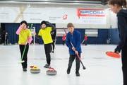 Am Cherry-Rockers-Turnier in der Zuger Curlinghalle gehen die Emotionen hoch. Bild: Maria Schmid (19. November 2016)