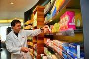 Walter Odermatt zieht ein Medikament aus dem Regal. Seine Löwen Apotheke in Sarnen ist 64 Stunden pro Woche offen, nicht aber an Sonn- und Feiertagen. (Bild: Markus von Rotz / Neue NZ)