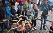 Immer ein Hit: Schlangenbrot am offenen Feuer. (Bild: Birgit Scheidegger (Kerns, 9. September 2017))