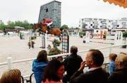 Auf dem Zuger Stierenmarktareal wurden für die Springpferde und Reiter dank rund 800 Tonnen Tretschicht aus Sand und Textilgemisch auf dem Haupt- und Abreitplatz optimale Bedingungen geschaffen. (Bild: Stefan Kaiser (Zug, 5. Juni 2017))