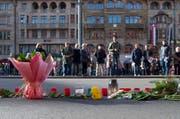 Blumen erinnern auf dem Marktplatz in Basel an die Anschläge in Paris. (Bild: Keystone / Georgios Kefalas)