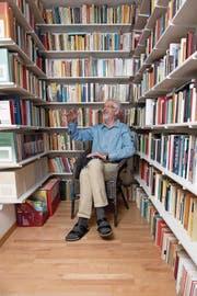 Edmund Arens in der privaten Bibliothek seiner Wohnung. (Bild: Nadia Schärli (Luzern, 14. Juni 2017))
