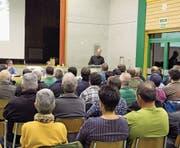 Der Informationsabend in der Turnhalle Bristen wurde von der Bevölkerung rege besucht. (Bild: Paul Gwerder (Bristen, 8. November 2017))