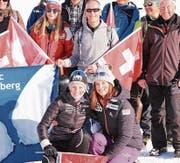 Nadine Matter (rechts) und Lea Fischer mit der Engelberger Fan-Gemeinde. (Bild: Helen Fischer (Goms, 28. Januar 2018))