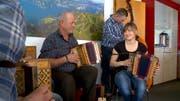 Im Dok-Film über den 2016 tödlich verunglückten Wildheuer Sepp Gisler («Axiger Sepp», links) wird unter anderem auch dessen Liebe zur Ländlermusik (hier zusammen mit Tochter Julia und Sohn Dominik) thematisiert. (Bild: SRF / Beat Bieri)