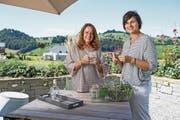 Barbara Grossenbacher (links) mit Heilpflanzenfachfrau Sandra Limacher in deren Garten. (Bild: Roger Grütter (Entlebuch, 15. August 2017))