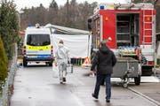 Kriminaltechnikerin haben in Rupperswil ihre Ermittlungen aufgenommen. (Bild: Keystone / Patrick B. Kraemer)