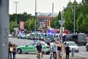 Die Polizei war mit einem Grossaufgebot vor dem Olympia Einkaufszentrum, als der Todesschütze zur Waffe griff. (Bild: AP Photo)