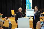 Gregor Schwander (links) und Lukas Arnold freuen sich über die Auszeichnung. (Bild: Rosmarie Berlinger (Stans, 19. November 2016))