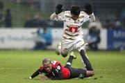 Kim Jaggy (am Boden) und der FC Aarau befinden sich im freien Fall. Kann der FCL (oben Dario Lezcano) am Sonntag davon profitieren? (Bild: EQ)