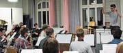 Dirigent Yannick Trares bei der Probenarbeit mit der Feldmusik Altdorf. (Bild: Janine Arnold (Altdorf, Oktober 2017))