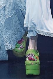 Zehn-Zentimeter-Plateau und mit Blumenbroschen besteckt: Die Wartelisten sind lang für Balenciagas Crocs für rund 800 Euro. (Bild: Victor VIRGILE (Gamma-Rapho))