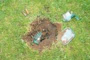Der Tatort Rütli: Dieses Loch riss die Detonation in den Boden. Verletzt wurde niemand. (Bild: Keystone/Kantonspolizei Uri)