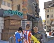 Die Werbeaktion für die neue Domain-Endung «.swiss» gibt auch bei den Jugendlichen zu reden. (Bild Urs Hanhart)