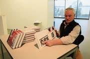 Konrad Abegg zeigt sein Buch «Bilderwelten – künstlerische Reflektionen», das Einblick in über 40 Jahre künstlerisches Schaffen gewährt. (Bild: Markus Zwyssig (Altdorf, 10. Dezember 2017))