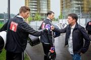 Remo Gaugler (rechts) klatscht sich am Dienstag nach dem Training mit den FCL-Goalies Jonas Omlin (links) und David Zibung ab. Zu seinem Aufgabengebiet gehört auch die Beobachtung der Gegner. (Bild Roger Grütter)