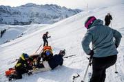 Symbolbild: Ein Ski-Unfall in den Bergen. (Bild: Keystone)