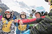 Dominique Gisin zeigt den Kindern vor dem Start, wie man sich richtig aufwärmt. (Bild: Sepp Odermatt (Engelberg, 11. März 2018))