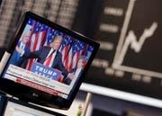 Donald Trump auf einem TV-Screen an der Börse in Frankfurt. (Bild: Michael Probst / AP)