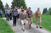 Die Gäste auf dem Weg zur ersten Station ob der Fluonalp. (Bild: Richard Greuter (Giswil, 23. Juni 2017))