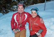 Präsentieren stolz ihre Medaillen: der Alpnacher Jonas Duss und Chiara Arnet aus Engelberg. (Bild: Roman Kiser (Langis, 11. Februar 2017))