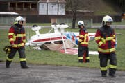 Ein Kleinflugzeug wurde vom Sturm Burglind weggeblasen. (Bild: Urs Flüeler / Keystone (Ennetbürgen, 3. Januar 2018))