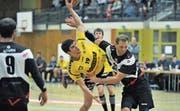 Auch dem Altdorfer Fabian auf der Maur (am Ball) läuft es gut, er schiesst sechs Tore. (Bild: Urs Hanhart (Altdorf, 27. November 2017))